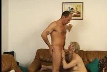 Oma bumst gern junge Männer